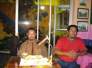 Durante la lectura de Roberto Becerra en Café Paradiso