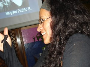 Marysol durante su lectura en Café Paradiso