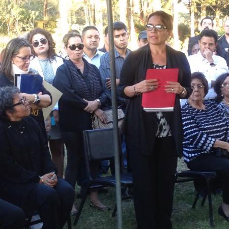 Xiomara Castro en el sepelio del Poeta Rigoberto Paredes